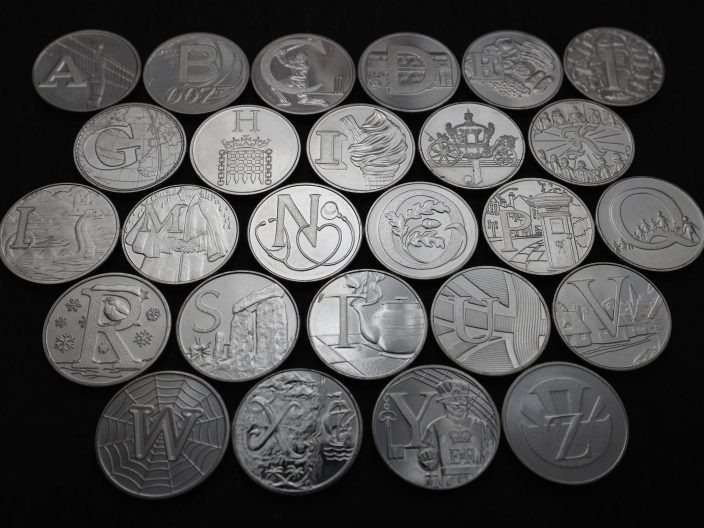 Английский алфавит на британских монетах