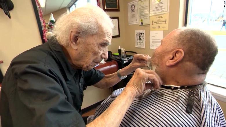 Умер самый старый парикмахер
